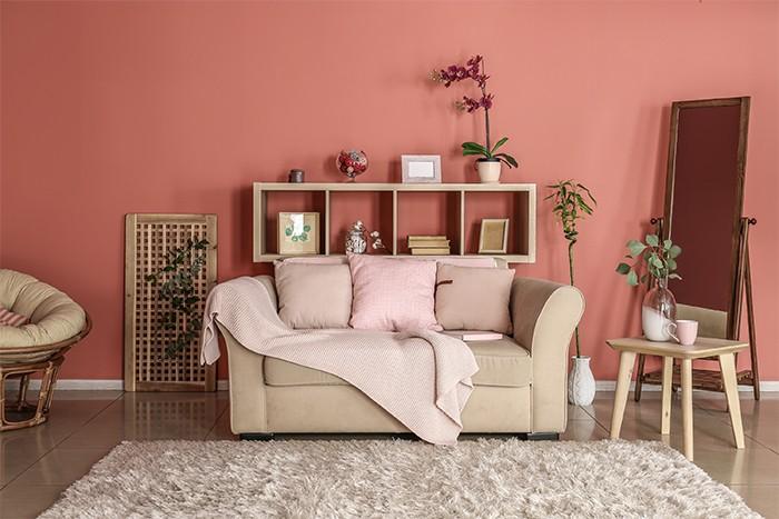 salón de tonos rosas con alfombra clara