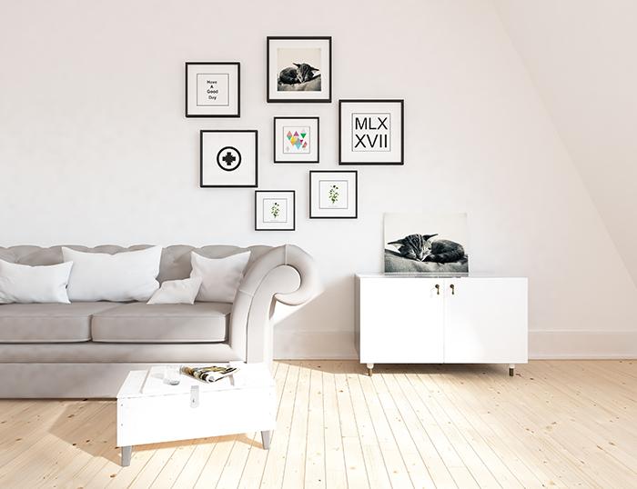 sala de estar con decoración minimalista y cuadros en la pared
