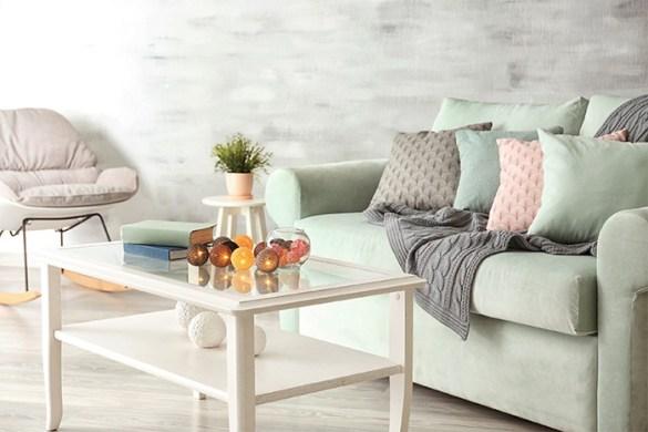 parte sala de estar con mesa pequeña y colores pasteles