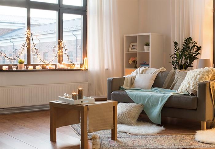 sala de estar con velas aromáticas decorativas