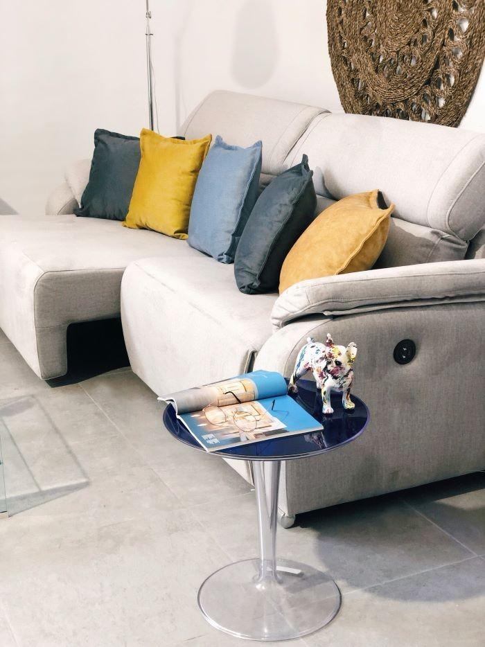Sofá con cojines de colores vivos