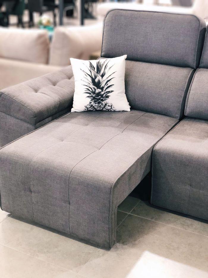 Sofá estilo minimal con cojín