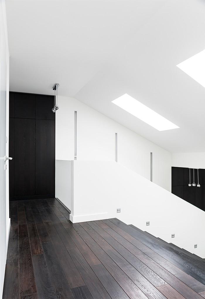 suelo laminado oscuro pasillo