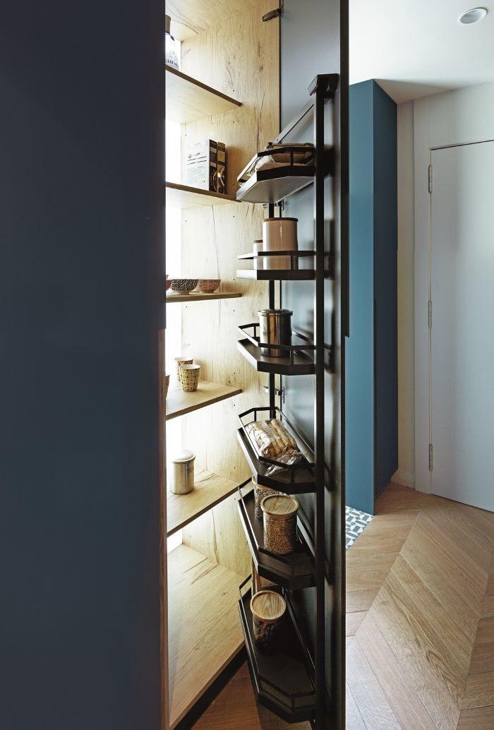 Armario integrado a la cocina verde de REKKER