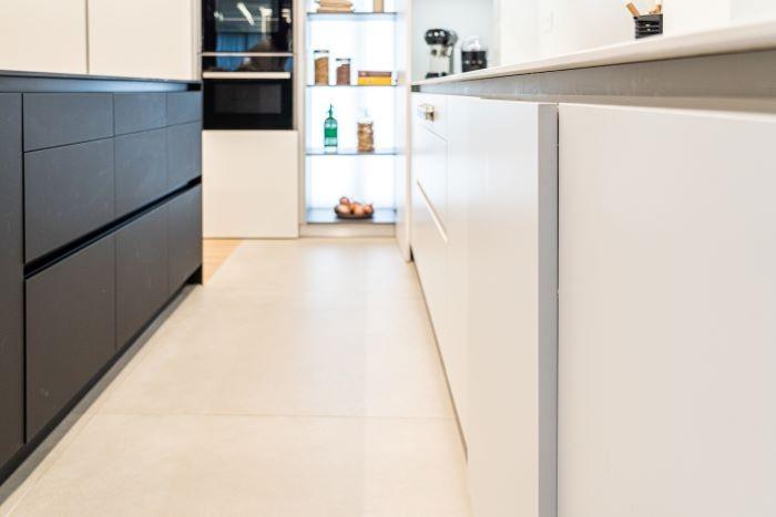 Detalle-de-cocina-en-color-blanco-y-negro-de-REKKER