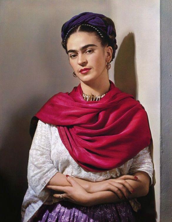 Retrato fotográfico a color de Frida Kahlo