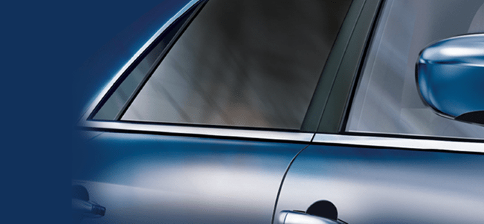 Detalle de un coche con lunas laminadas