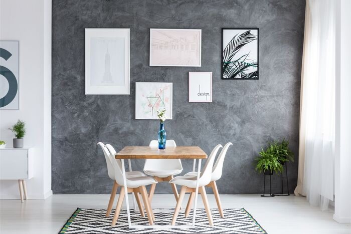 comedor pequeño y luminosocon galeria de cuadros en la pared