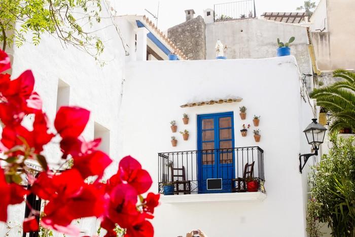 fachada casa Ibiza blanca y azul