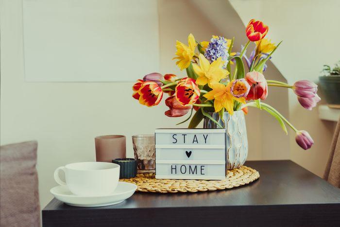 ejemplo decoracion mesa de café con jarrón de flores y taza