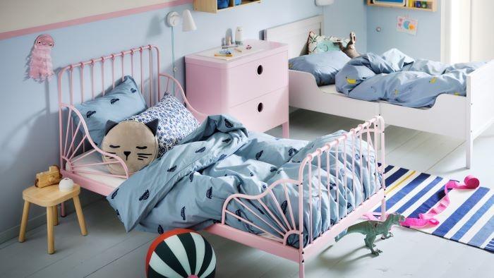 Dormitorio infantil con cama extensible y cojín Ikea