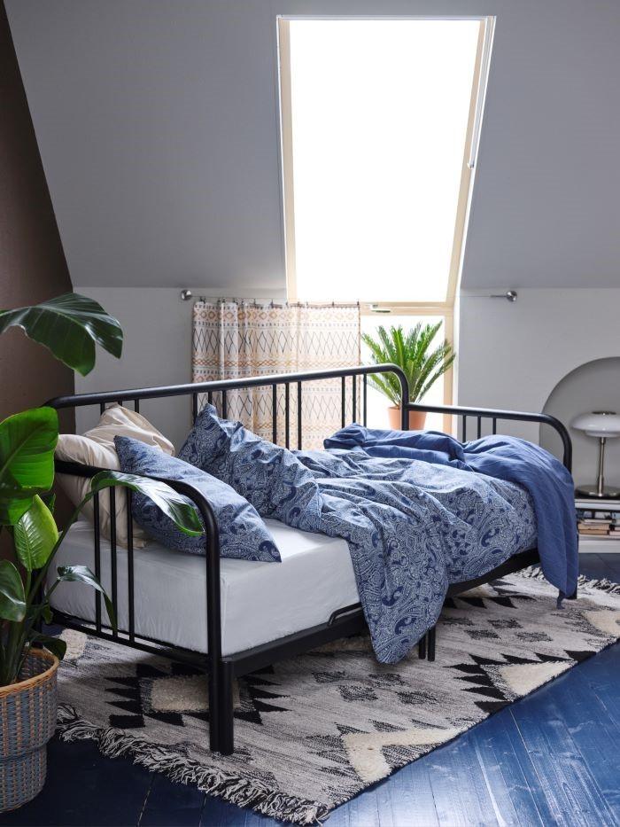 Divan-con-dos-colchones-y-alfombra-Ikea