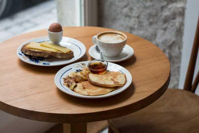 Desayuno tortitas, huevo, tostada y café en la cafetería Hermanas Arce