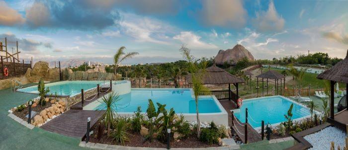 Impresionante-resort-con-varias-piscinas-para-vacaciones