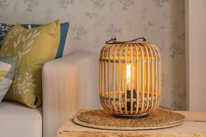 Mesita con lámpara MIVA de Leroy Merlin estilo costero