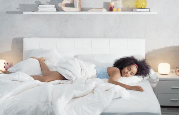Mujer descansando en su colchón en verano