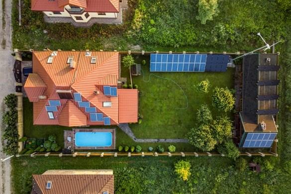 vista aerea area residencial con placas solares