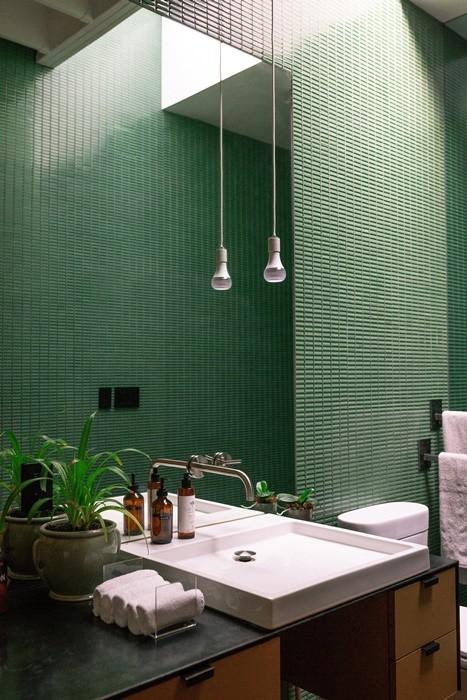 lavabo espejo pared azulejos verde