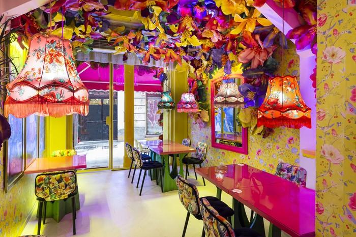 decoración colorida interior del restaurante Rosi La Loca Madrid