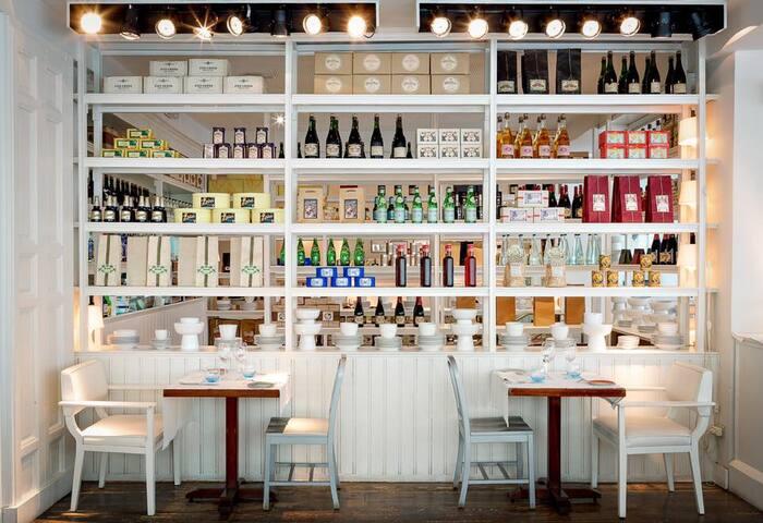 deco estanterias restaurante Bazaar en madrid