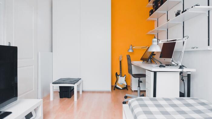 habitación juvenil tonos naranjas y blancos