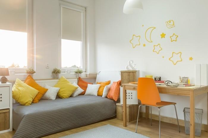 habitación juvenil tonos neutros y cálidos sofá cama