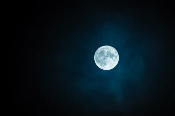 luna llena fondo oscuro
