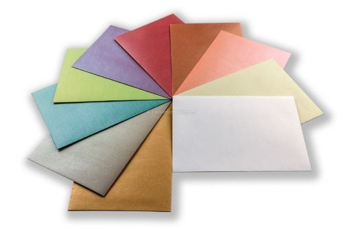 sobres nacarados de diferentes colores para invitaciones de boda