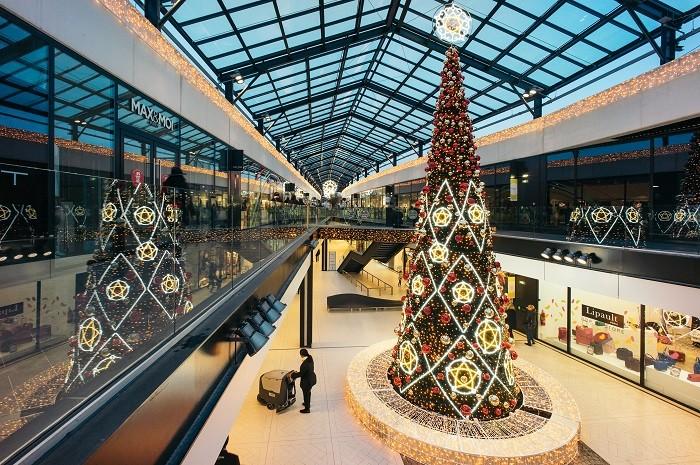 Centro-comercial-con-arbol-de-navidad