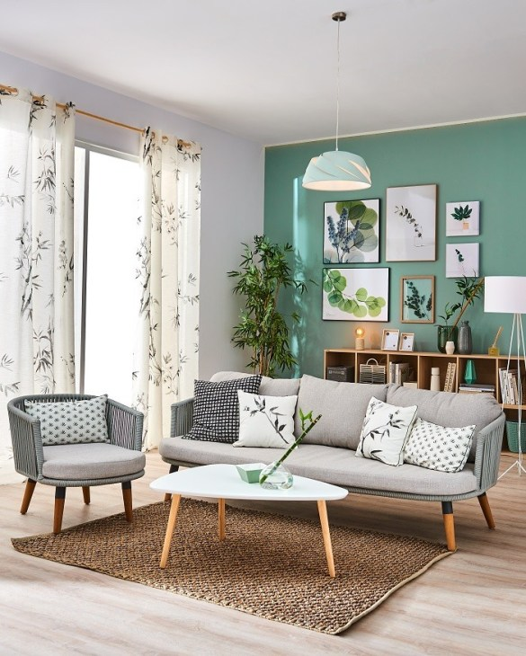 salón agradable con paredes decoradas con cuadros y pintura verde