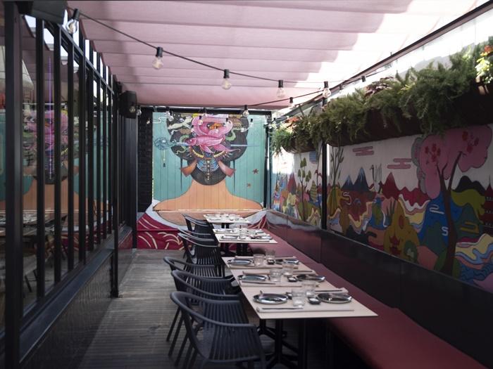 mural pintura luces sillas terraza