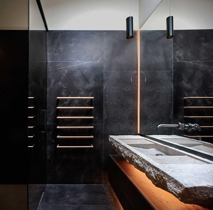 baño de iberian modern house en color negro y piedra