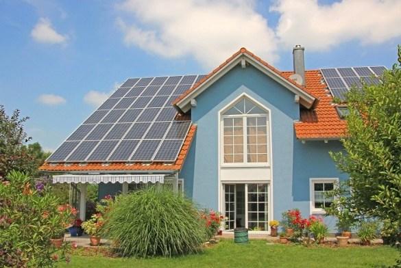 casa-con-energia-sostenible-de-paneles-solares