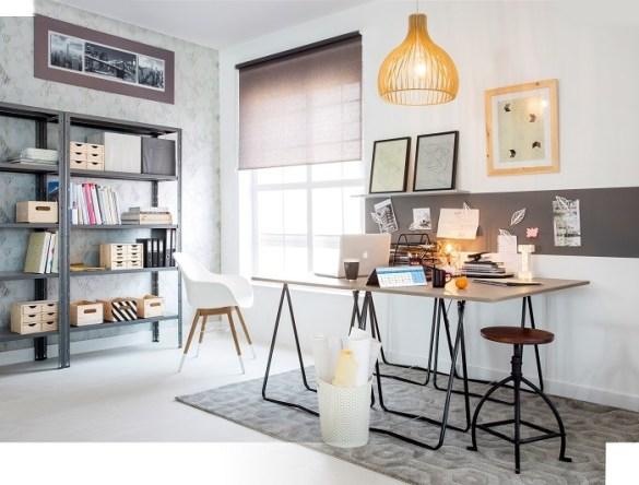 habitación con estantería y escritorio para estudio o trabajo