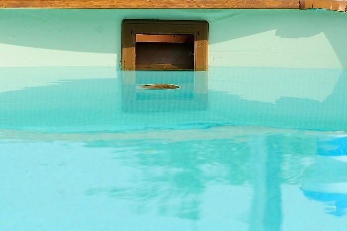 piscina con agua por la mitad para el invierno