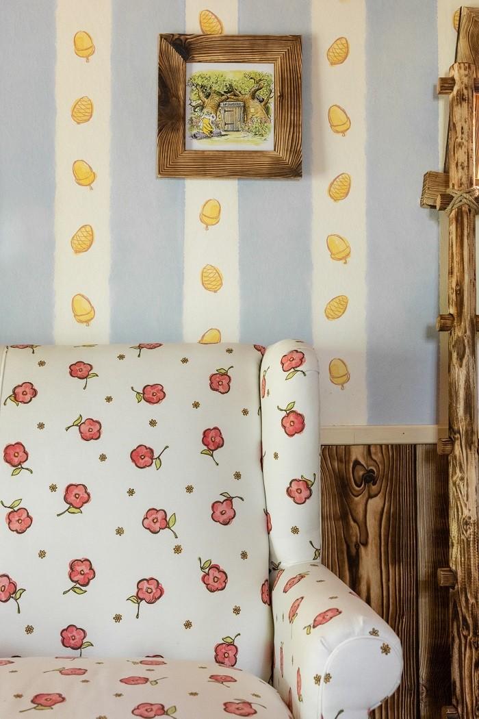 Interior de casa de Winnie the Pooh con papel en la pared