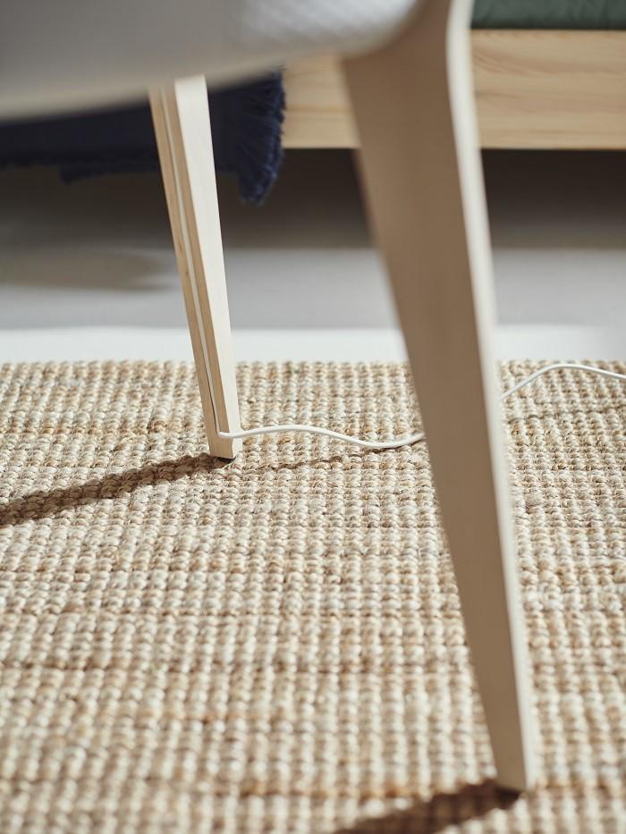 detalle de un purificador de diseño de Ikea con cable para conectar