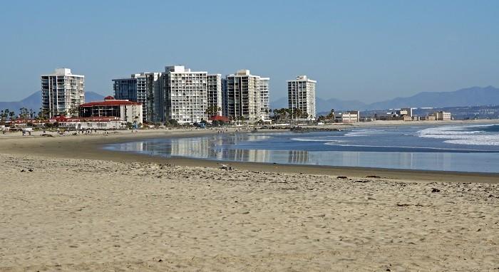 bloques de edificio al lado del mar como primera residencia