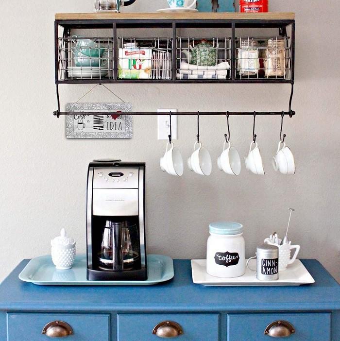 rincón de café estilo vintage con mueble azul y cartel vintage