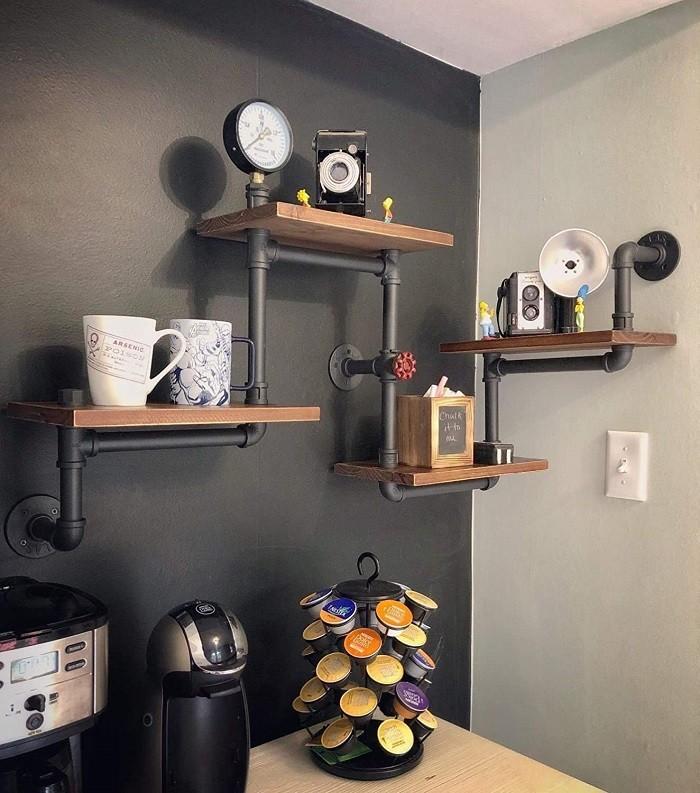 cafetera con sus cápsulas, sus tazas y demás cosas para tomar un café