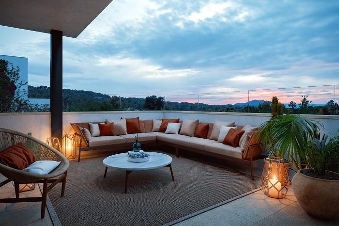 terraza con sofá con cojines y con vistas en Ibiza