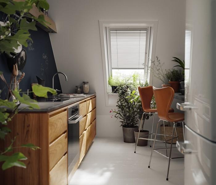 cocina en buhardilla con ventana con persiana