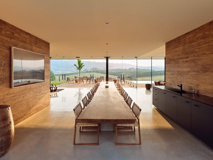 Mesa larga con sillas para comer o cenar en Somo