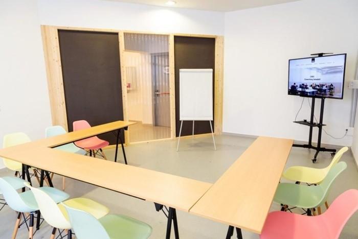 sala reunion sillas colores mesa u
