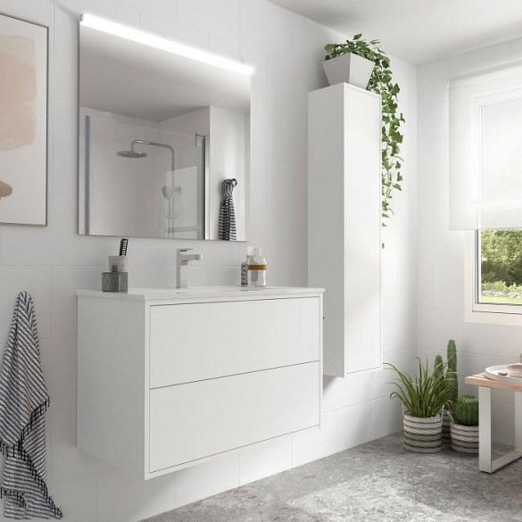 Cuarto de baño blanco con accesorios