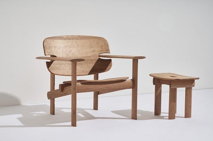 mesa y silla de madera a juego