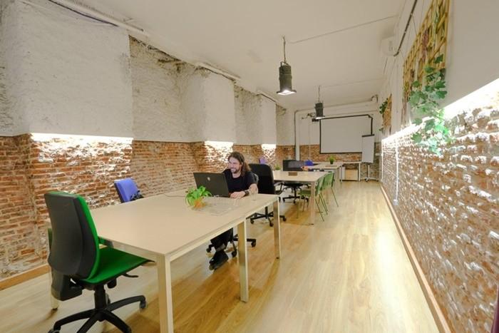 sala mesas trabajo luz suelo madera