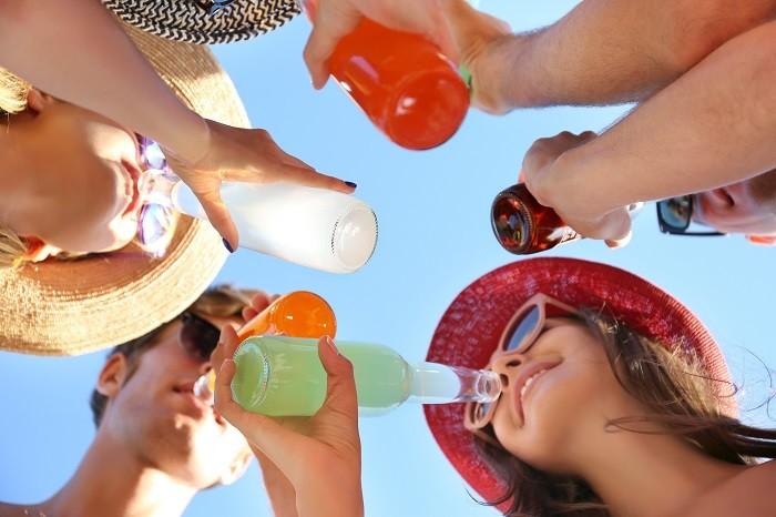 grupo de amigos tomando una bebida en formato vidrio