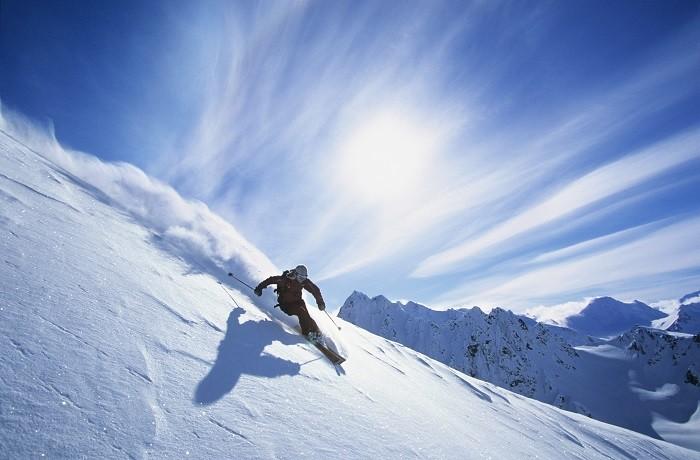 persona esquiando sobre la nieve