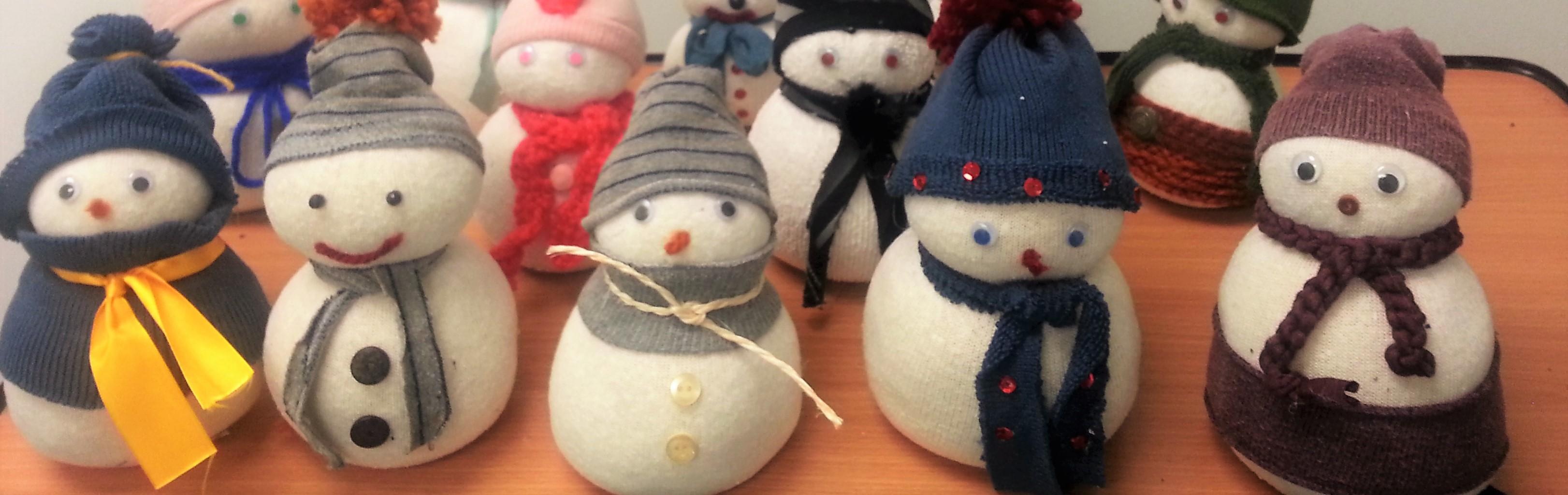 Nuestros muñecos de nieve  (reciclando calcetines)